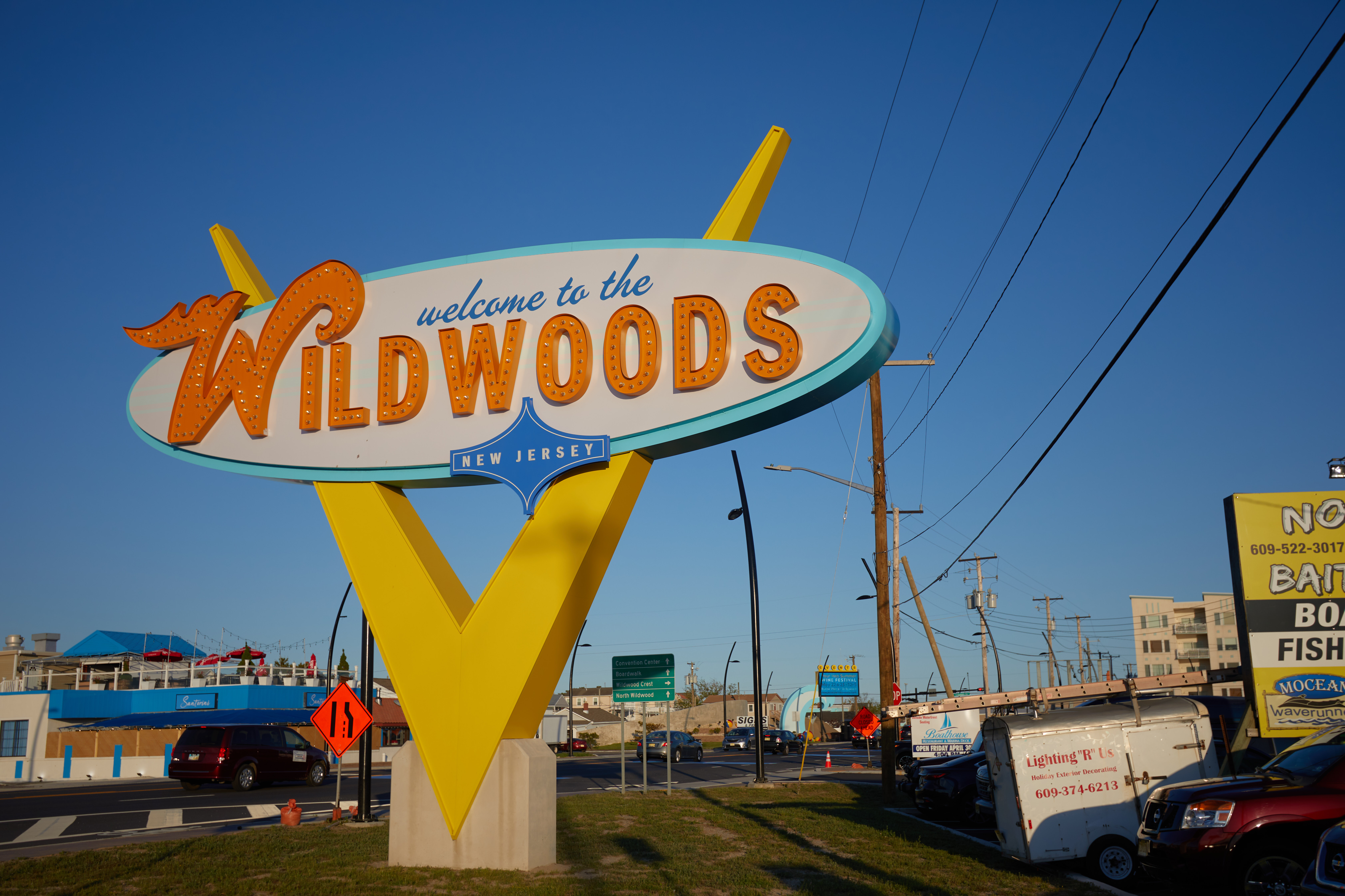 Large doo-wop style sign that says WELCOME TO THE WILDWOODS.