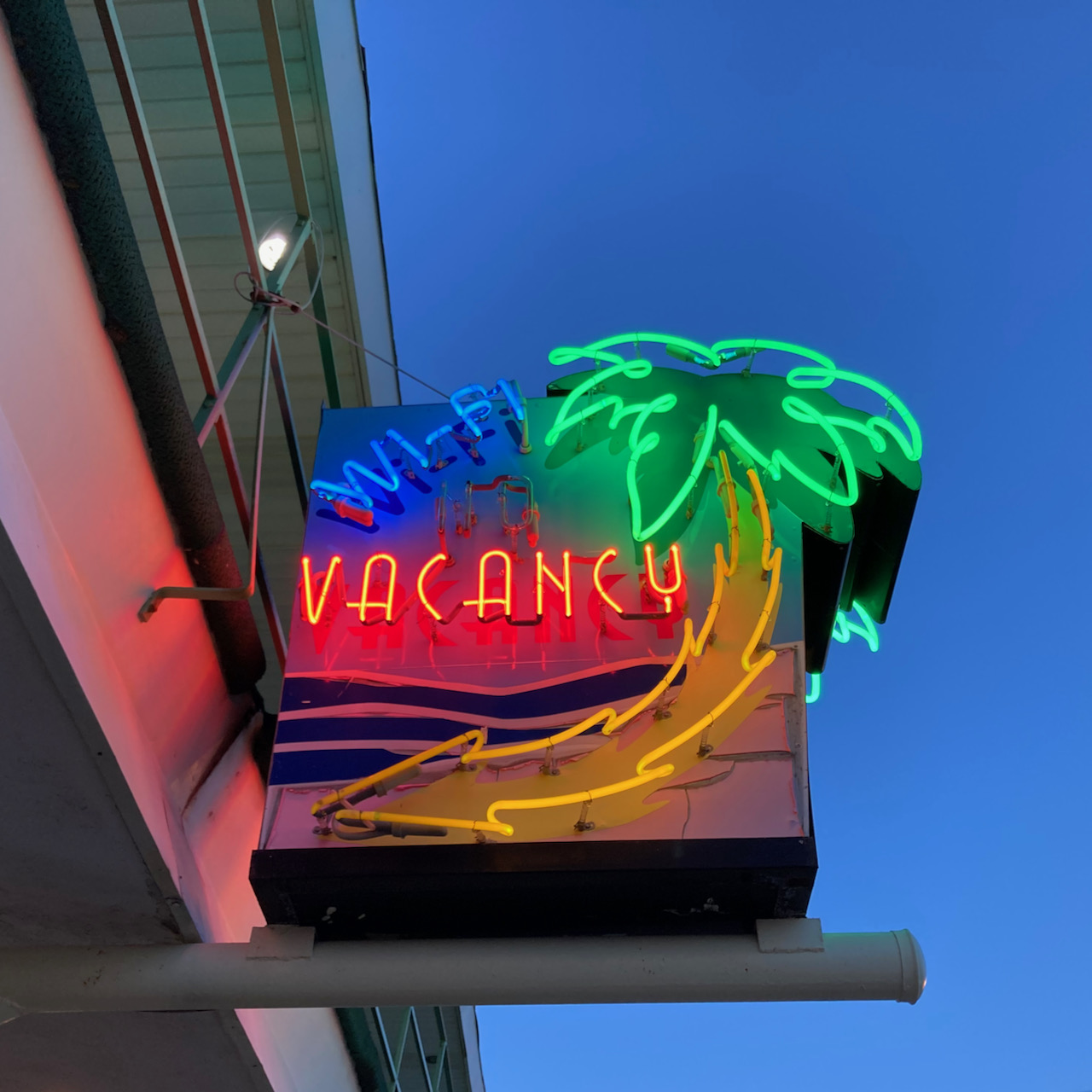 Neon sign advertising vacancy and wifi.